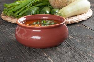 Bohnensuppe und frische Zutaten zum Kochen foto