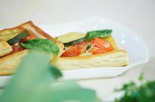 Puff mit Tomaten und Zucchini foto