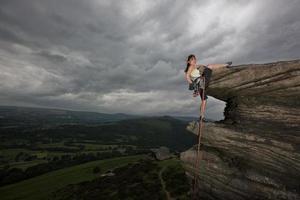Kletterer, der steile Felswand erklimmt foto