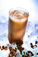Kaffee-Smoothie auf den Felsen foto