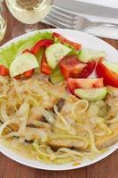 Fisch mit gebratenen Zwiebeln und Salat foto