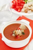 Gazpacho in weißer Schüssel foto