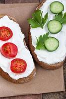 Brot mit mildem Frischkäse, Tomate und Gurke foto