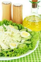 leckerer Salat mit Eiern, Kohl und Gurken