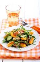 Hühnchen-, Aprikosen-, Rucola- und Gurkensalat foto