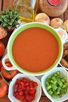 Schüssel Gazpacho mit Tomaten foto