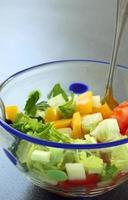 Gemüsesalat in Schüssel: Gurke, Tomate und Sellerie foto
