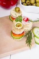Fingerfood: Brot, Paprika, Gurke, Käse und Oliven foto
