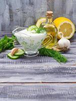 griechische Sauce Tzatziki und Gurke, Minze, Dill, Knoblauch, Zitrone, oi foto