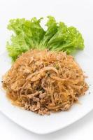 Larb Fadennudeln oder würzige Fadennudeln. Traditionelles thailändisches Essen