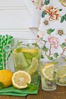 Limonade mit Gurke und Zitronen foto