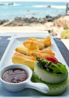 Pfannkuchen mit Hüttenkäse und Gemüse foto