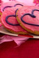 Valentinstag - rosa Kekse und Cupcakes mit Herzen foto