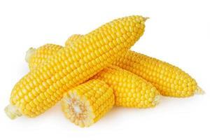 frisches Maisgemüse mit grünen Blättern lokalisiert auf weißem Hintergrund foto