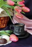 Tasse Kaffee und ein Blumenstrauß