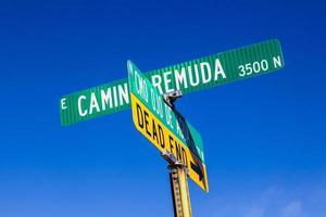 Straßennamen auf grünen Schildern unter blauem Himmel im Stoßzahn foto