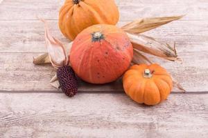 Kürbis und Mais auf hölzernem Hintergrund foto