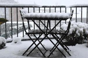 mesa y sillas con nieve