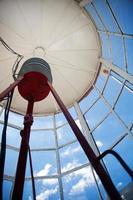 Leuchtturm oben in der Innenansicht des niedrigen Winkels am sonnigen Tag foto