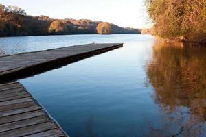 Das Holzdock erstreckt sich in den Chattahoochee River in Atlanta foto