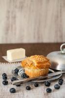 Blaubeermuffin mit Blaubeeren und Butter und Messer foto