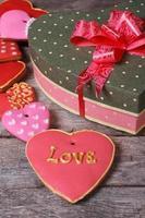 schöne Schachtel des Herzens und eine bunte Feiertagsplätzchen foto