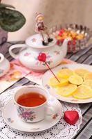 warme Tasse Tee und Süßigkeiten