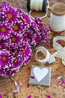 frische Blumen auf hölzernem Hintergrund foto