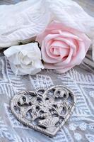 Metallblumenherz romantisch verziert auf Chiffonstoff foto