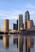 moderne Architektur der Tampa-Skyline im Sonnenuntergang foto