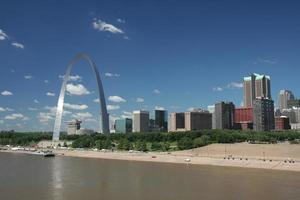 Die Skyline von St. Louis wurde tagsüber aus dem Wasser genommen foto