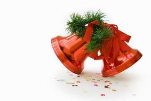 rote Weihnachtsglocken mit Beschneidungspfad foto