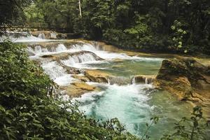 Flusslauf des blauen Wassers foto