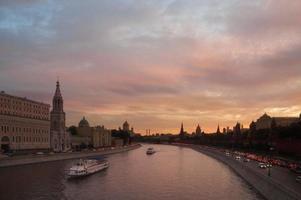 Moskauer Fluss bei Sonnenuntergang foto