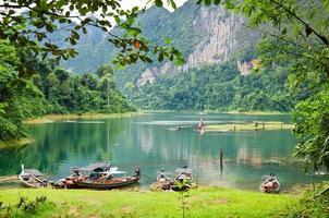 schöner Berg umgeben von Wasser, natürliche Attraktionen in r
