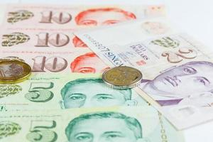Singapur-Dollar-Schein und Münzen foto