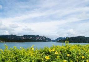 Fluss und Berge Ratchaprapha Damm Surat Thani Provinz, Thailand