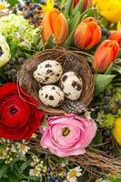 Nahaufnahme des bunten Osterstraußes mit Eiern