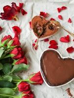herzförmige Torte mit Schokoladencreme und Erdnussbutter foto