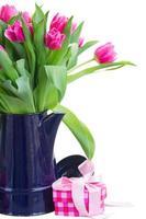 Strauß mehrfarbiger Tulpenblüten im weißen Topf foto