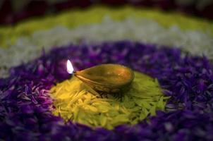 einzelne Diya auf Blume Rangoli