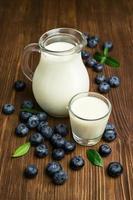 Milch und frische Blaubeeren foto
