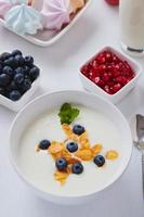 Joghurt mit Müsli und Blaubeeren foto