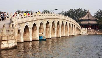 Blick vom Sommerpalast mit schöner Brücke foto