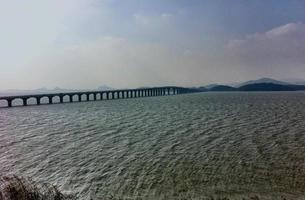 Autobahnbrücke verbindet Inseln in Suzhou Seegebiet. foto