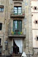 Balkon mit gelben Stühlen und Flaschen Wein foto