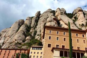 montserrat kloster ist eine schöne benediktinerabtei in der nähe von barcelona, spanien foto