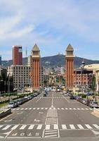 zwei Türme an der Plaça d'espanya foto