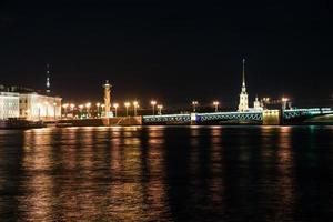 schöne nachtansicht von saint-petersburg, russland
