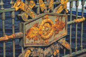 Metalldekoration auf der Brücke in Saint Petersburg foto